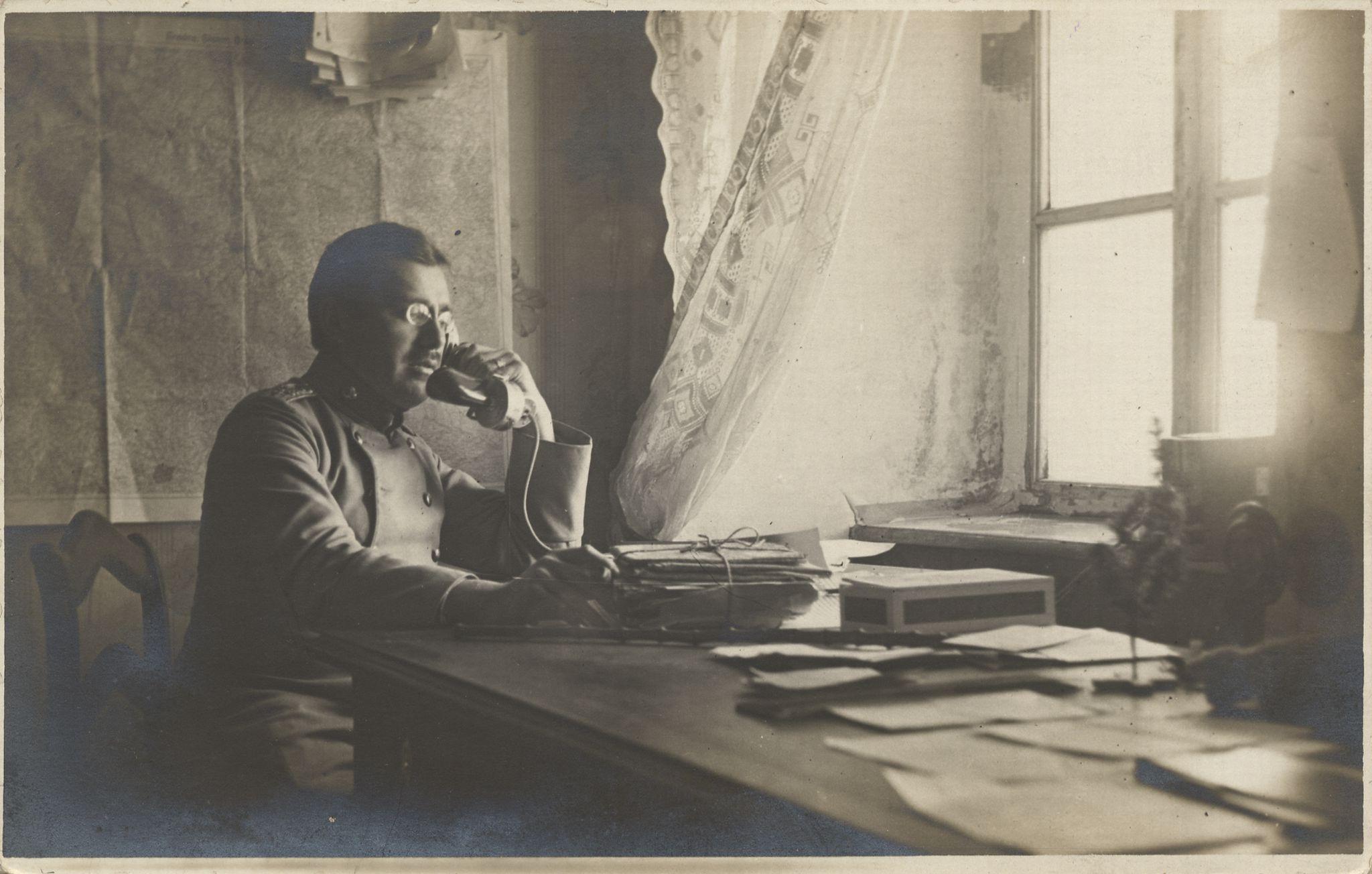 Technische ger te telefone soldat am schreibtisch 2 for Schreibtisch 2 00 m